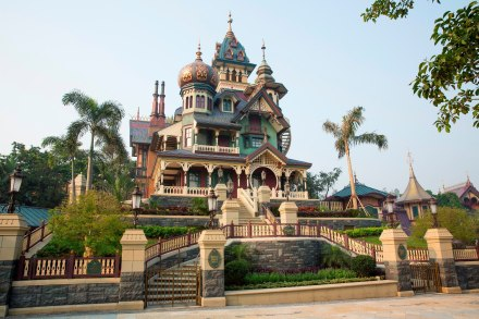 mystic-manor-hong-kong-disneyland-mystic-point-haunted-mansion